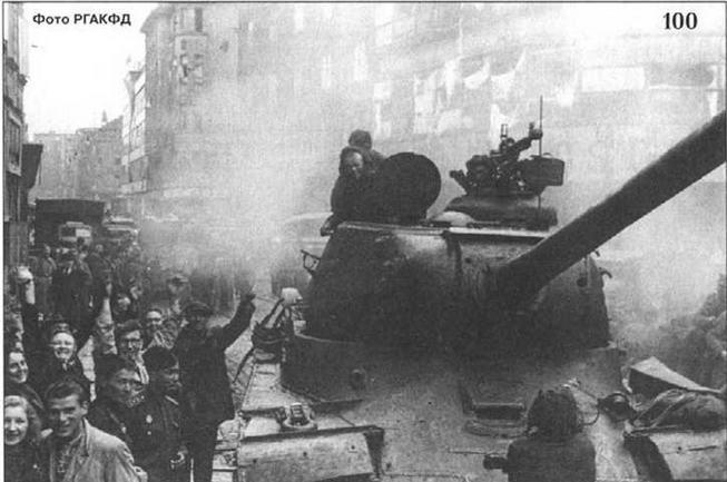 Танки ИС на улицах г. Моравска-Острава. 1945 г.