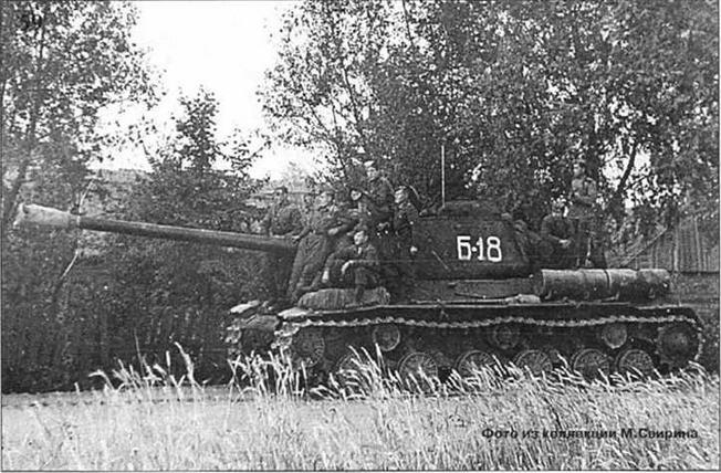 Тяжелые танки поддерживают наступление 63-й гв. Краснознаменной Витебской стрелковой дивизии. 3-й Белорусский фронт, Прибалтика, 1944 г. На снимке 58 танк ИС-85.