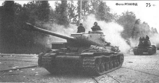 Танки ИС на улицах Выборга. 1944 г.