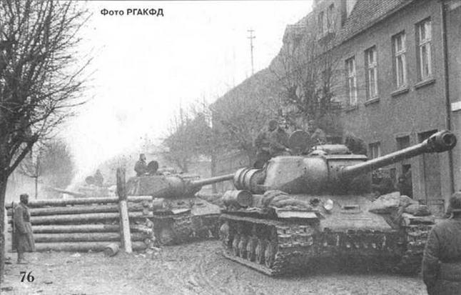Советские тяжелые танки движутся мимо немецкой баррикады. Польша, 1944 г.