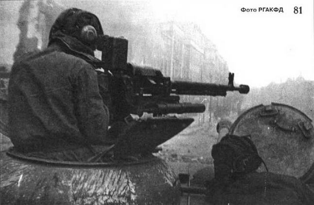 Командир танка ИС ведет огонь из зенитного пулемета по вражеским гренадерам. Данциг, весна 1945 г.