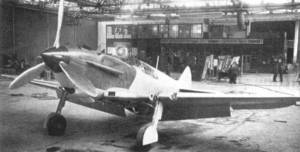 ЛаГГ-3 в цехе окончательной сборки завода №21 — это первая серийная машина, построенная в Горьком.