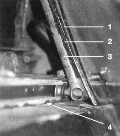 Справа вверху: 1. Внешний каркас фонаря; 2. Резиновая прокладка; 3. Каркас из труб; 4. Направляющая сдвижной части фонаря. Справа внизу: бронестекло за креслом пилота, вид сзади.
