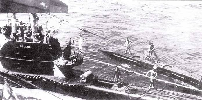 Подводная лодка Selene и сверхмалая подводная лодка ХЕ-5 перед началом операции по перерезке кабеля Токио-Гонконг.