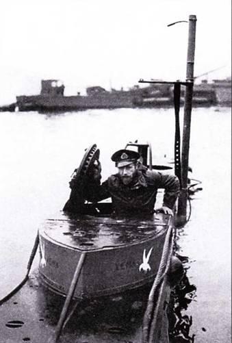 Командир подводной лодки «тип X» в рубке.
