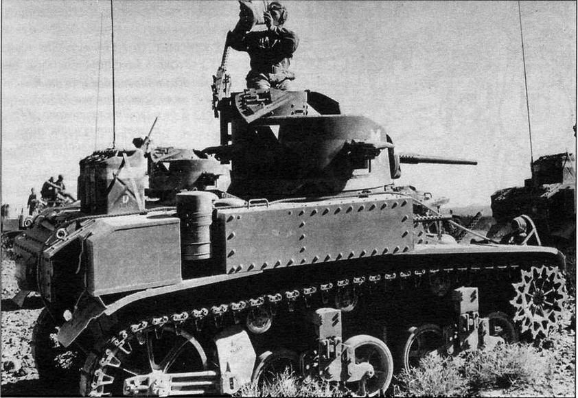 """М3 (diesel) с """"подковообразной"""" башней во время маневров в Калифорнии. 1942 год. В этот период на американских танках в качестве национальной эмблемы наносилась пятиконечная звезда желтого цвета"""