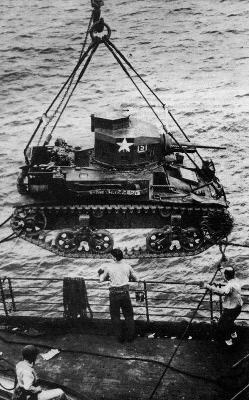 Выгрузка танков (на снимке — М2 А 4) на о.Гуадалканал, Июнь 1942 года. Бои на этом острове были единственными, в которых приняли участие легкие танки