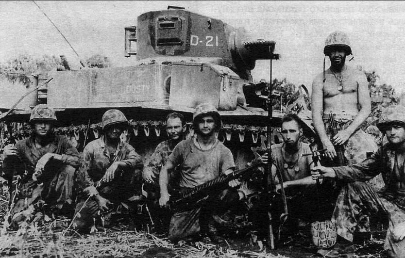 Морские пехотинцы позируют на фоне огнеметного танка М3 А1 Satan. 2-й танковый батальон морской пехоты, Сайпан, июнь 1944 года