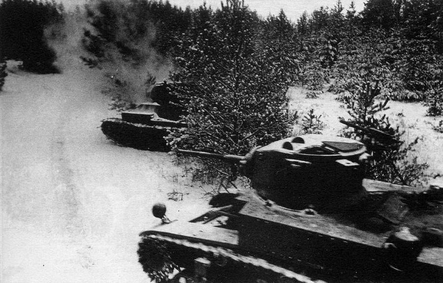 Танки Т-34 и М3А1 в атаке. Калининский фронт,зима 1942 года