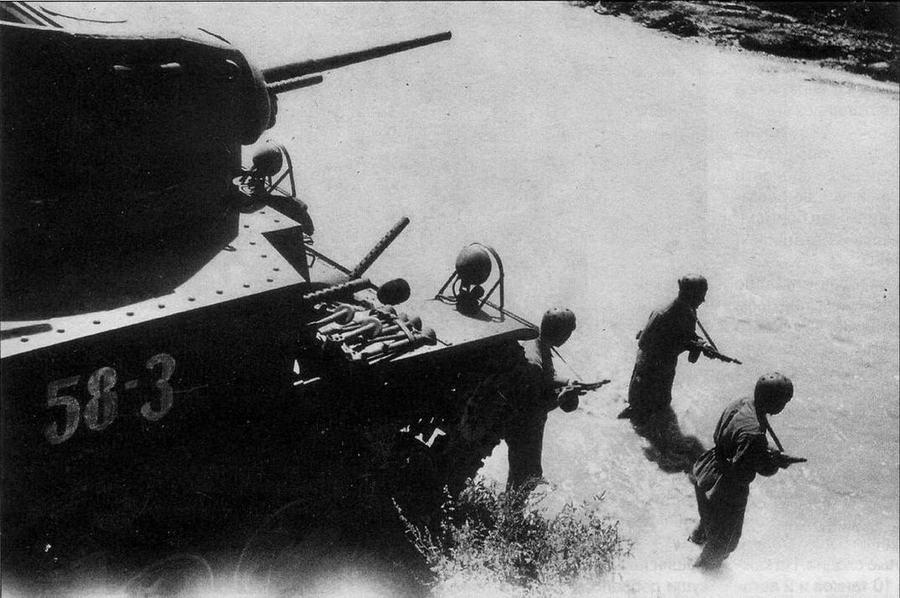 Легкий танк М3А1 ранних выпусков (возможно, М3 Stuart Hybrid) из 258-го отдельного танкового батальона перед переправой. Закавказский фронт, август 1942 года