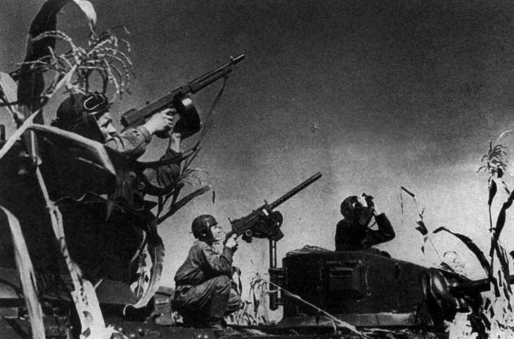 """Экипажи 258 отб ведут огонь по самолетам. Любопытный момент — на танкистах шлемы американского образца, а в качестве личного оружия используются пистолеты-пулеметы """"Томпсон"""""""