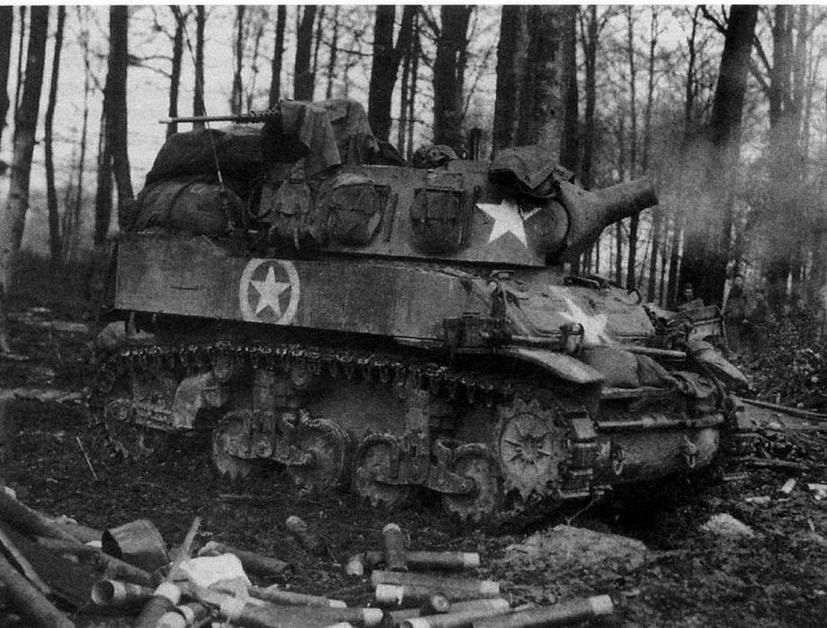 Самоходная гаубица М8 из 106-й кавалерийской группы ведет огонь по немецким войскам. Германия, февраль 1945 года