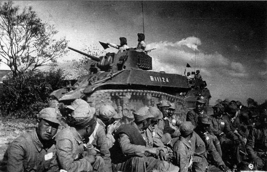 Колонна танков M3A3 НО А К недалеко от переправы на р.Янцзы. На переднем плане — пленные гоминдановцы. Китай, 1949 год