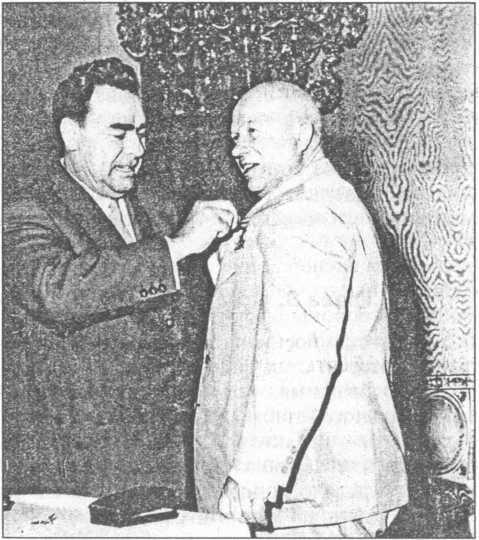 Л.И. Брежнев вручает третью золотую медаль «Серп и молот» Героя Социалистического Труда Н.С. Хрущеву. 19 июня 1961г.