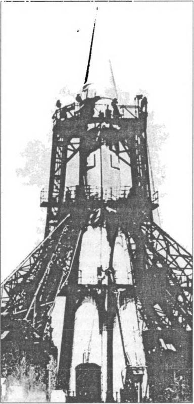 На стартовой позиция ракета Р-7А.