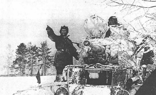 На учениях Московского военного округа. 1937 год. БТ-7 с цилиндрической башней и зенитной установкой пулемета,о чем говорит круглая крышка правого башенного люка.