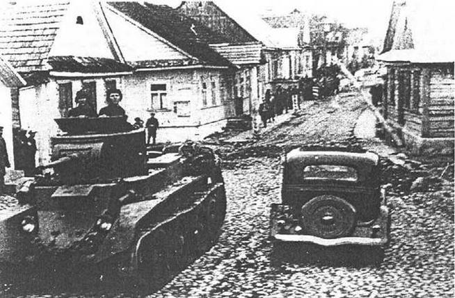 Советские танки переходят польскую границу. 17 сентября 1939 года.
