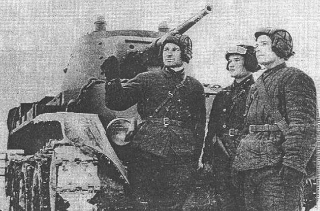 Танкисты 13-й легкотанковой бригады обсуждают боевую задачу. Весна 1940 года.