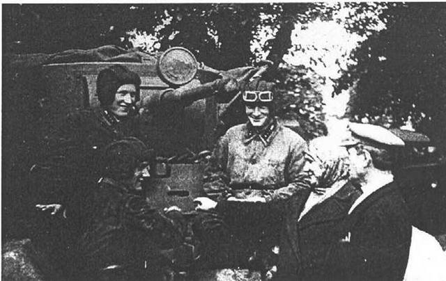 Родители Александра, Михаила и Василия Цукановых слушают объяснения сыновей. Западный особый военный округ, 1940 год.