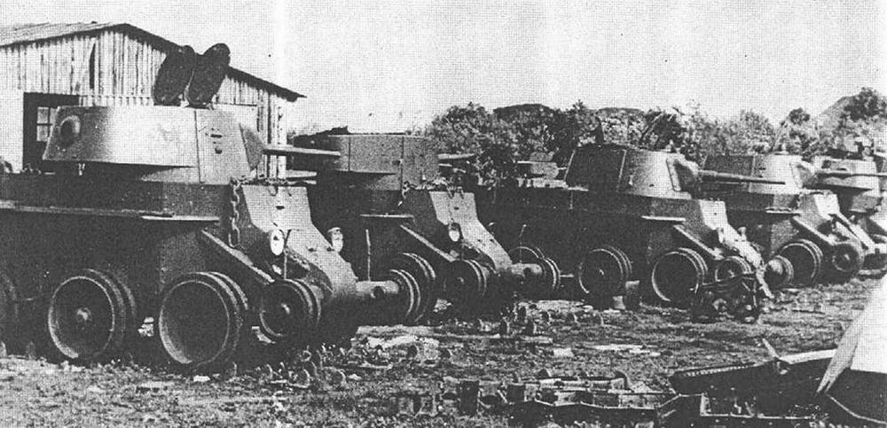 Эти БТ-7 остались в парке. На них не успели надеть гусеницы, которые почему-то были сняты.