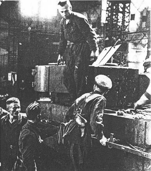 Ремонт танков в осажденной Одессе. У этого БТ-7 стальными полосами усилена лобовая броня башни. 1941 год.