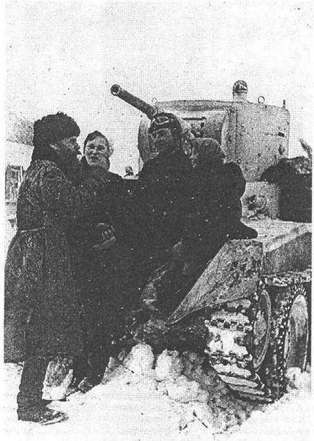 Танкист М.О.Лысаков беседует с жителями освобожденного села Марьино. Юго-Западный фронт. Январь 1942 года.