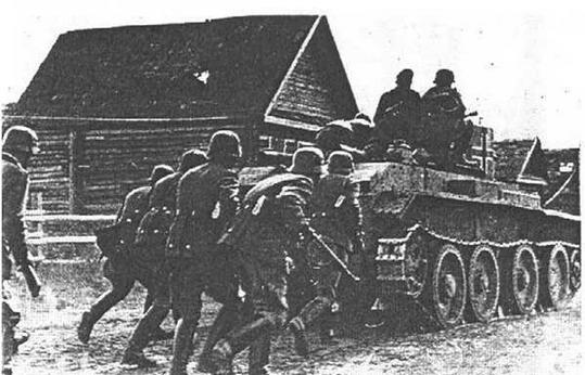 Солдаты 4-й немецкой полицейской дивизии во время противопартизанской операции. Псковская область. 1942 год.