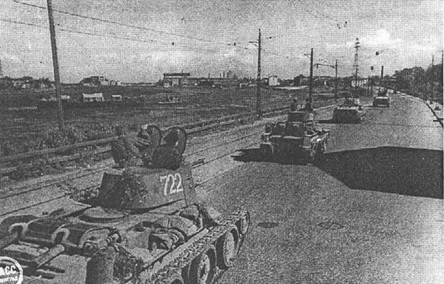 БТ-7 и БТ-5 направляются на передовую. Ленинград. 1943 год.