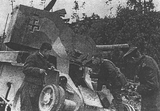 Советские солдаты осматривают подбитый финский ВТ-42.