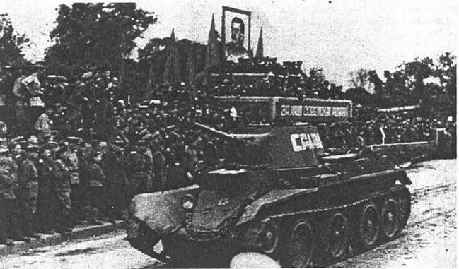 Парад Победы в Харбине. Проходят танки 77-й <a href='https://arsenal-info.ru/b/book/1523244298/21' target='_self'>танковой бригады</a>. 16 сентября 1945 года.