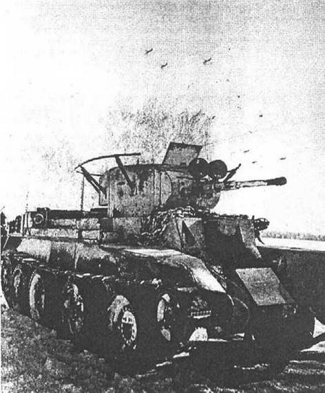 БТ-7 с радиостанцией и фарами боевого света на маске пушки.