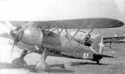 Истребительная группировка Regia Aeronautica в Восточной Африке состояла исключительно из бипланов Фиат. На снимке — захваченный в целости и сохранности союзниками истребитель CR.42. Обратите внимание на характерный опознавательный знак театра военных действий — черный Андреевский крест в белом прямоугольнике. Этот истребитель принадлежал 413-й эскадрилье, снимок, вероятно, сделан в августе /941г. на одном их южноафриканских аэродромов, куда его перегнали по воздуху из Эфиопии. В настоящее время самолет выставлен и музее ВВС ЮАР. На заднем плане виден транспортный самолет ВВС ЮАР Локхид «Лоадстар».