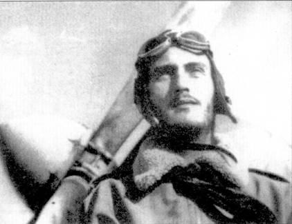 Соттотененте Леонард Фирулли позирует а фоне своего CR.42, Северная Африка, 1940г… В период боев ад Пустыней он сбил шесть «Харрикейнов» и «Бленхейм».
