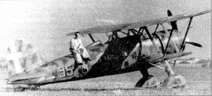 Соттотененте Франко Бордони Бислери позирует, сидя на фюзеляже своего CR.42 (ММ5688, «95-9»), Мирафиори, июнь 1940г.