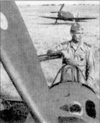 Справа: июль 1943г. Бордони Бислери встретил, летая на истребителе C.205V с аэродрома Червети. На этом самолете он сбил семь американских бомбардировщиков. На заднем плане — истребитель SAI Амброзини SAI.207 из 3 Stormo.