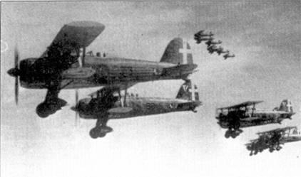 На первом этапе кампании в Северной Африке доминирующим на театре истребителем Regia Aeronautica являлся CR.42. На снимке — группа истребителей этого типа из состава 9-й группы 4 Stormo. На переднем плане — истребитель командира группы майора Эрнесто Потто по прозвищу «Железная нога». Ноги Ботто лишился в Испании, в Испании он получил Золотую медаль за военные заслуги. К четырем испанским победим безногий летчик добавил три самолета, сбитых в период второй мировой войны.