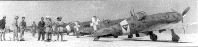 Летчики и самолеты 3 Stormo, Абу-Хаггаг, осень 1942г. На ближайшем к камере фотографа самолете С.202 («74-2») часто летал Солароли. Бортовой номер самолета «2», в отличие от обычной практики, нарисован в белом треугольнике на киле машины, а не на борту фюзеляжа.