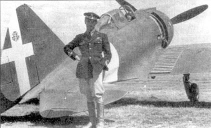 Тененте Джорджо Солароли ди Пирона позирует на фоне истребителя Re. 2001 из 377-й отдельной эскадрильи, Сицилия, осень 1941г. Будущий ас в этот период совершил три крайне рискованных истребительно-бомбардировочных миссии на Мальту.