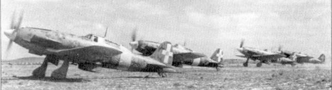Четверка истребителей С.202 us 23-й группы готова к взлету, аэродром Эль-Хамма, начало февраля 1943г. Ни переднем плане — истребитель с бортовым номером «70-5», на нем регулярно летал командир 70-й эскадрильи капитано Коаудио Соларо. Соларо командовал эскадрильей с июля 1940г. по конец 1943г. Наибольшего успеха ветеран Испании (в Испании Соларо сбил один И-16) добился в последние месяцы кампании в Тунисе, когда он сбил восемь самолетов союзников.