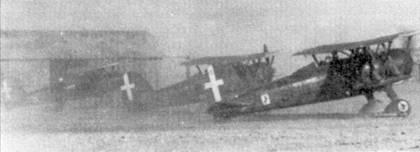 На снимке — истребители CR.42 из 91-й эскадрильи 10-й группы, Ливия. 1940г. Ни фюзеляже ближайшего к объективу аппарата видна эмблема группы, на обтекателе шасси — эмблема эскадрильи.