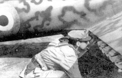 После заключения перемирия Русполи примкнул к союзникам и получил звание майора. Русполи проверяет крепление листовок под крылом своего истребителя C.205V ММ92214, ему предстоит разбросать их над Римом, 6 октября 1943г. Листовки зажаты между закрылками и плоскостями крыла; над Римом летчик выпустил закрылки, сбросив тем самым листовки. Обратите внимание на опознавательный знак-кокарду.