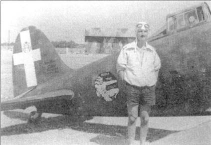 Серженте мажжиори ДжанЛино Басчиротто позирует на фоне истребителя С.200 ММ5797 «88-9», Катанья, август 1940г. Самолет принадлежит к машинам самого начала 11 серии, обратите внимание на наличие сдвижного сегмента фонаря кабины.