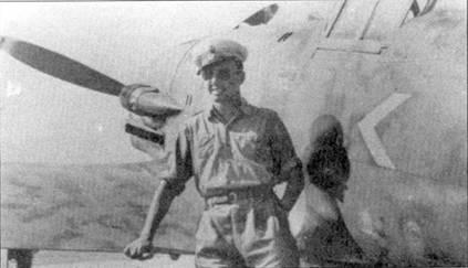 Командир 151-й эскадрильи капитано Фурио Ноколо Доглио на фоне своего С. 202, Гела, июль 1942г. На борту фюзеляжа самолета Доглио был нарисован шеврон по типу тех, что полагалось изображать на самолетах командиров подразделений люфтваффе. Со 2 по 13 июля 1942г. Доглио сбил над Мальтой шесть «Спитфайров».