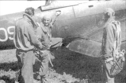 Прежде чем стать летчиком-истребителем, марисчиалло Тарантола успел повоевать на пикирующем бомбардировщике Ju-87 в составе 209-й эскадрильи 102-й группы. Тарантола вот-вот заберется в кабину своей «Штуки».