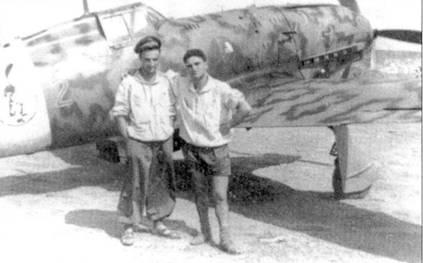 Тарантола, уже летчик-истребитель, позирует с будущим кавалером Золотой медали за военные заслуги марисчиалло Пьетро Бианчи на фоне истребителя С.202.