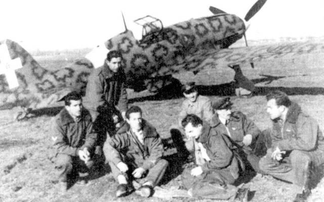 Летчики из 7-й группы в период переучивания на истребитель С.202, Касилли, конец 1942г. Третий слева — тененте Энцо Ломбардо (семь побед), слева от пего серженте мажжиори Вальтер Омиччиоли (девять побед), второй справа — марисчиалло Карло Магнахи (II побед).