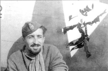 Одним из самых результативных итальянских летчиков-истребителей Восточного фронта был соттотененте «Бени» Бирон. Летчик позирует на фоне эмблемы 22-й группы, дизайнером которой он сам и являлся.