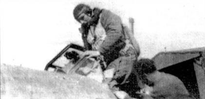 Капитано Адриано Висконти садится в кабину истребителя Bf.109 I Gruppo Caccia ANR. Этой группой он командовал вплоть до окончания войны. Висконти прошел всю войну, с апреля 1940г. по апрель 1945г.