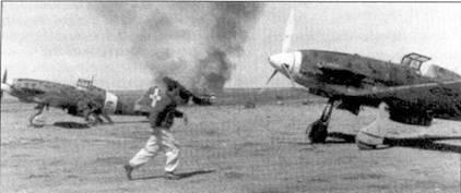Истребители С.202 из 9-й группы, авиабаза Мартуба, конец 1941г. На заднем плане чадит разбитый при посадке Макки. Летчик бежит к своему истребителю чтобы занять по тревоге место в кабине самолета.