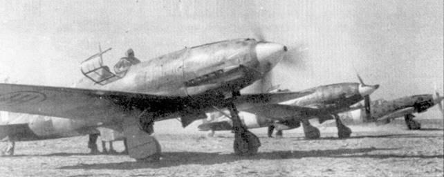 Тройки истребителей из 3 Stormo готово к боевому вылету, Ливия, начало января 1943г. На капоте двигателя крайнего слева истребителя надпись «Ф. Баракка» — видимо самолет совсем недавно <a href='https://arsenal-info.ru/b/book/4159353989/125' target='_blank'>принадлежал 4</a> Stormо.